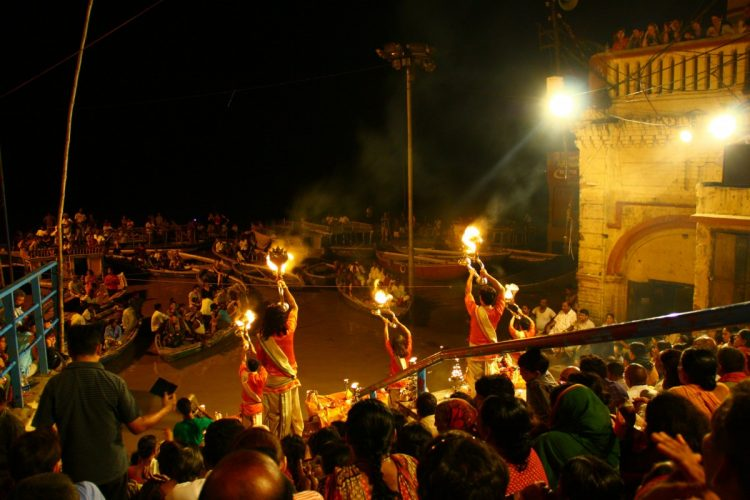 Varanasi-Ganga-Aarti-cerimonia