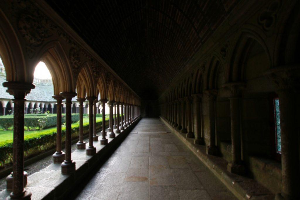 mont-saint-michel-abbazia-maree-normandia-chiostri