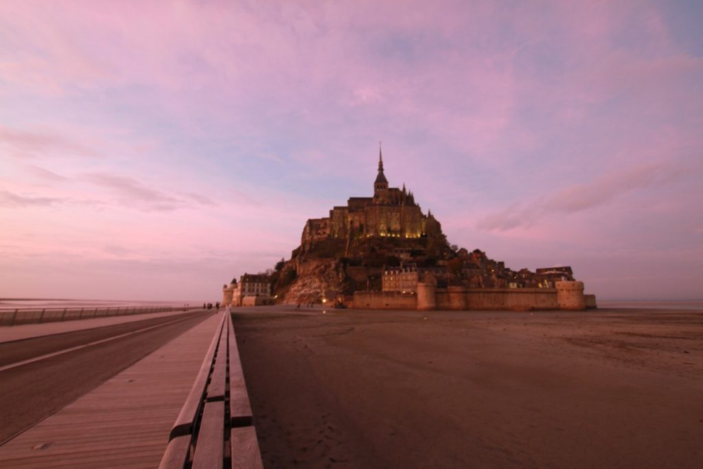 mont-saint-michel-abbazia-maree-normandia-tramonto