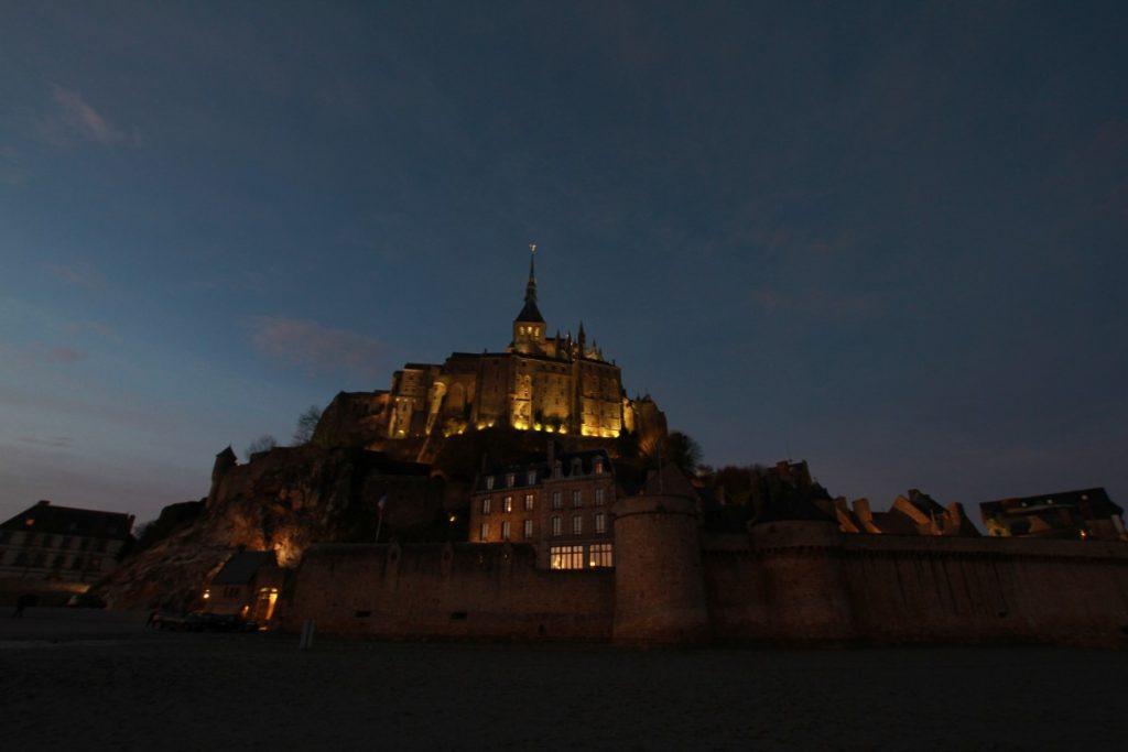 mont-saint-michel-abbazia-maree-normandia-vista-serale