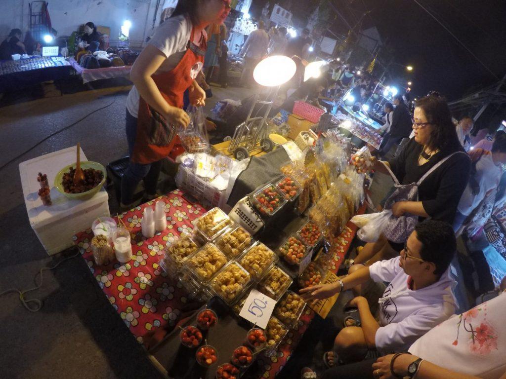 viaggio-thailandia-del-nord-sunday-night-market-bancarella
