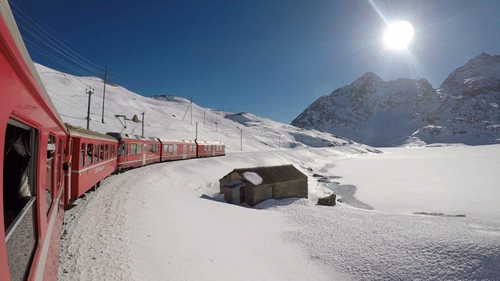 tour-di-un-giorno-sul-trenino-rosso-del-bernina-treno-sfondo