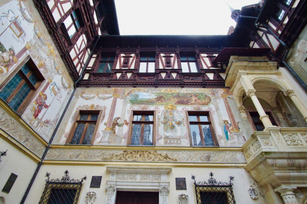 cosa-vedere-in-transilvania-tour-di-un-giorno-castello-peles-cortile