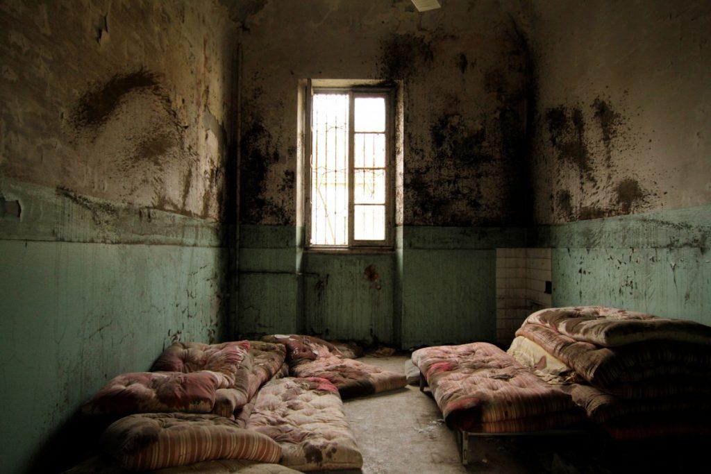 uoghi-insoliti-in-lombardia-il-manicomio-di-mombello-dormitori