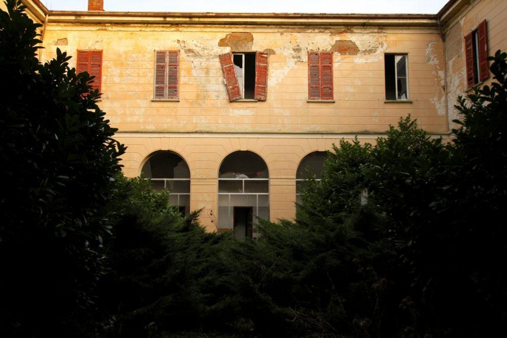 luoghi-insoliti-in-lombardia-il-manicomio-di-mombello-edificio