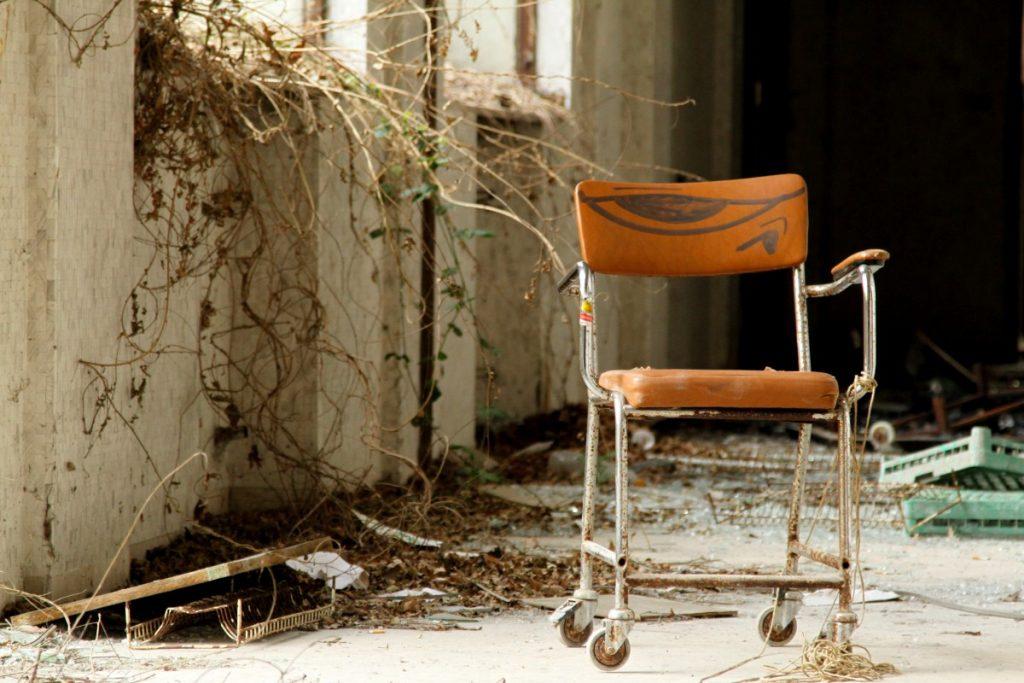 luoghi-insoliti-in-lombardia-il-manicomio-di-mombello-sedie