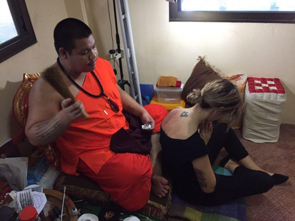tatuaggio-thai-in-thailandia-in-un-tempio-buddista-benedizione