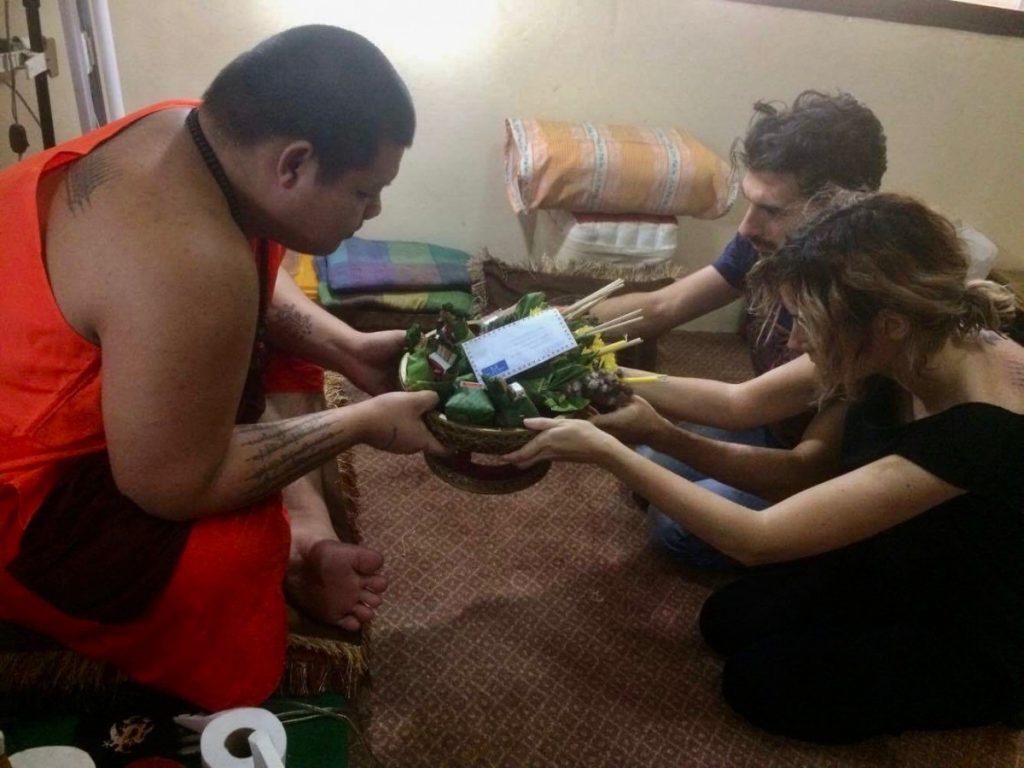 tatuaggio-thai-in-thailandia-in-un-tempio-buddista-benedizione-offerta