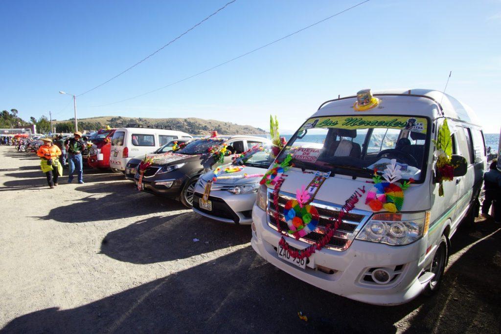 viaggio-in-bolivia-sul-lago-titicaca-benedizione-auto-copacabana