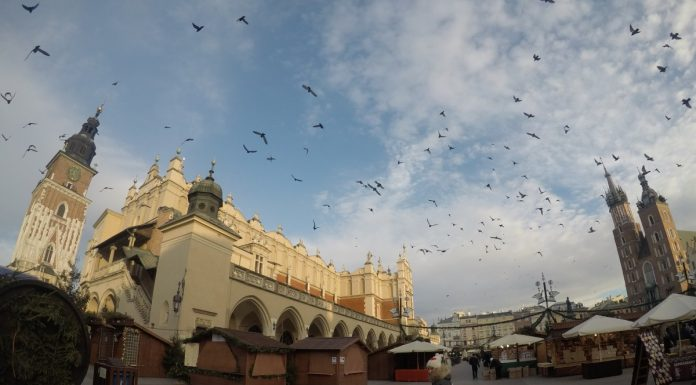 cosa-vedere-a-cracovia-in-2-giorni-piazza-mercato-giorno
