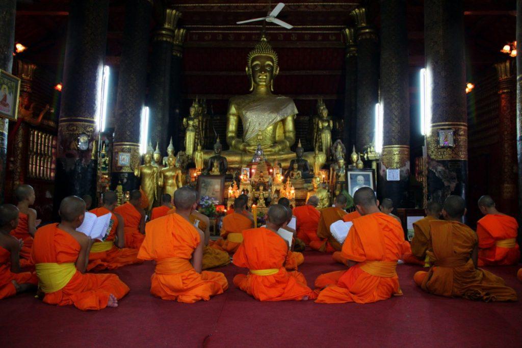viaggio-laos-luang-prabang-monaci-preghiera