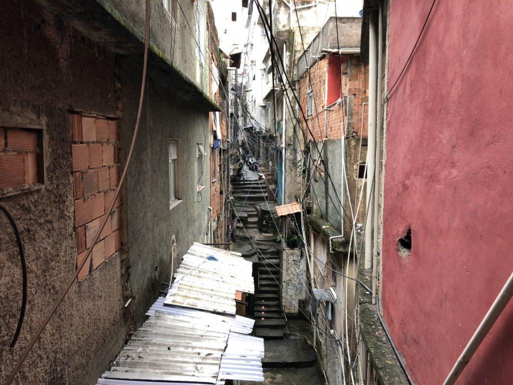 visita-guidata-della-favela-di-rocinha-in-brasile-passaggi