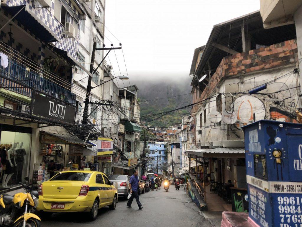 visita-guidata-della-favela-di-rocinha-in-brasile-piazza