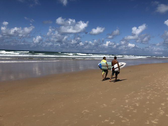 quali-spiagge-visitare-nei-dintorini-di-salvador-de-bahia-praia-do-forte-flamengo-surfisti